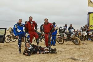 """Notre """"team"""" finlando-suisse: Janne et moi à moto, Mikko et Timo en voiture"""