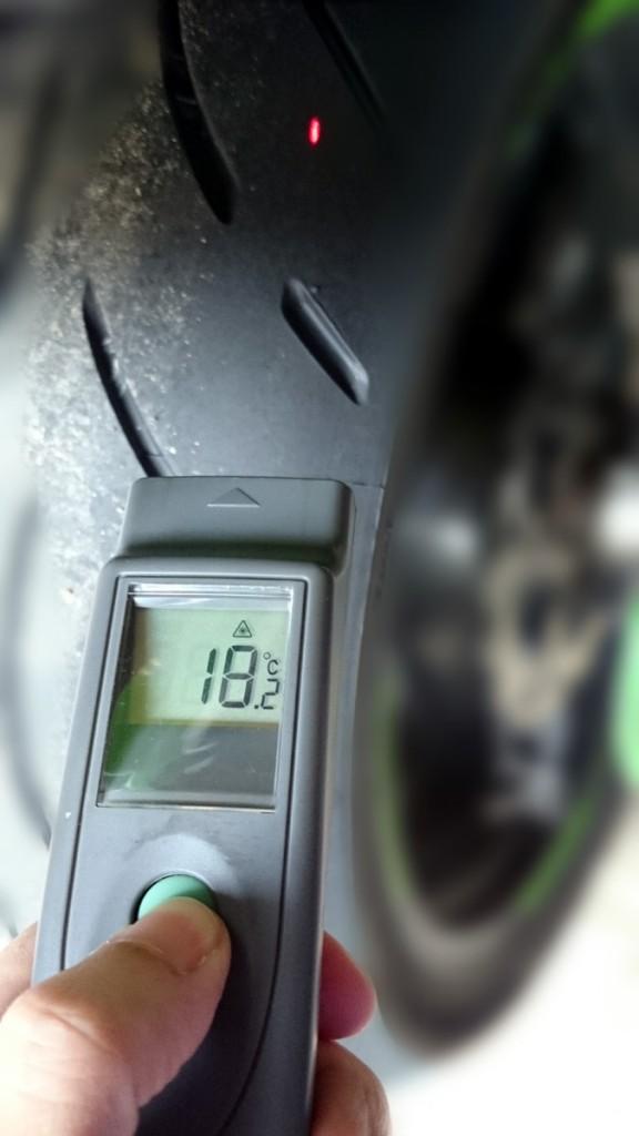 Le thermomètre laser permet de mesurer finement la prise de température des différents types de gommes.