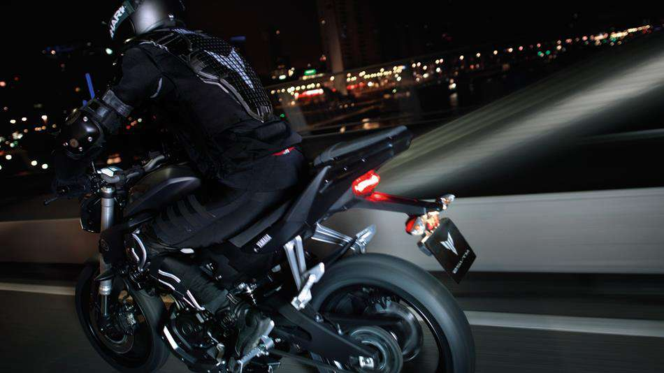 2014-Yamaha-MT125-EU-Anodized-Red-Action-007