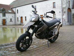 le-look-original-de-l-avant-de-la-ktm-supermoto-690