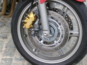 un-freinage-plus-qu-efficace-pour-la-cbf-1000