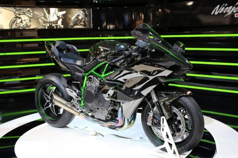 vid o yamaha agusta kawasaki salon auto moto 2015 bruxelles. Black Bedroom Furniture Sets. Home Design Ideas