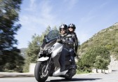 2015-Yamaha-X-MAX-400-EU-Absolute-White-Action-002