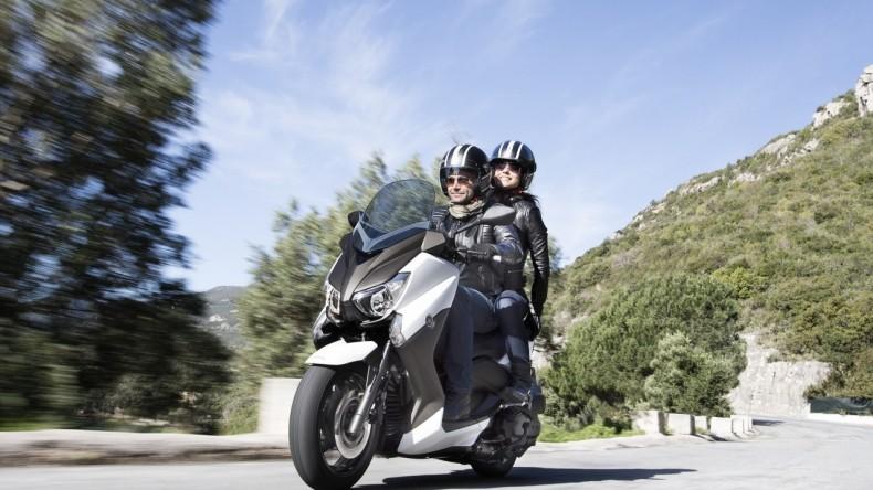 2015-Yamaha-X-MAX-400-EU-Absolute-White-Action-002
