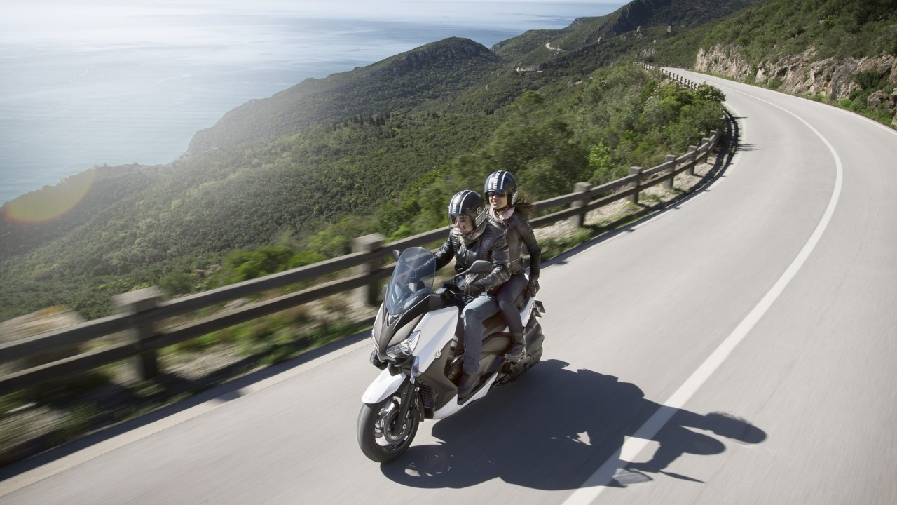 2015-Yamaha-X-MAX-400-EU-Absolute-White-Action-007
