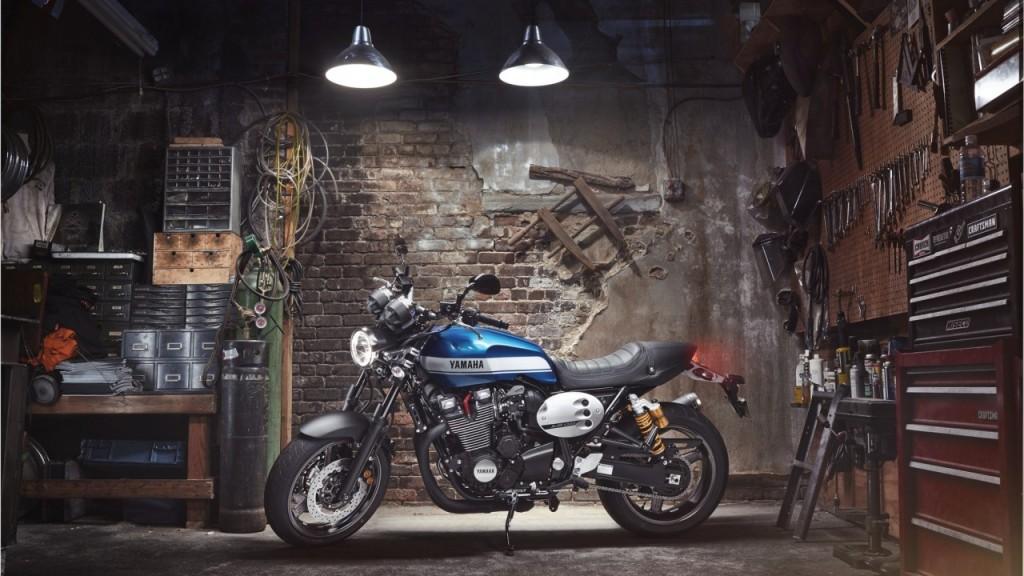 2015-Yamaha-XJR1300-EU-Power-Blue-Static-001