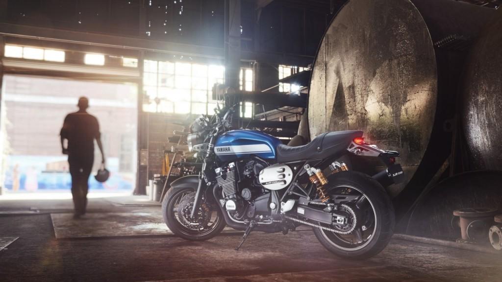 2015-Yamaha-XJR1300-EU-Power-Blue-Static-007