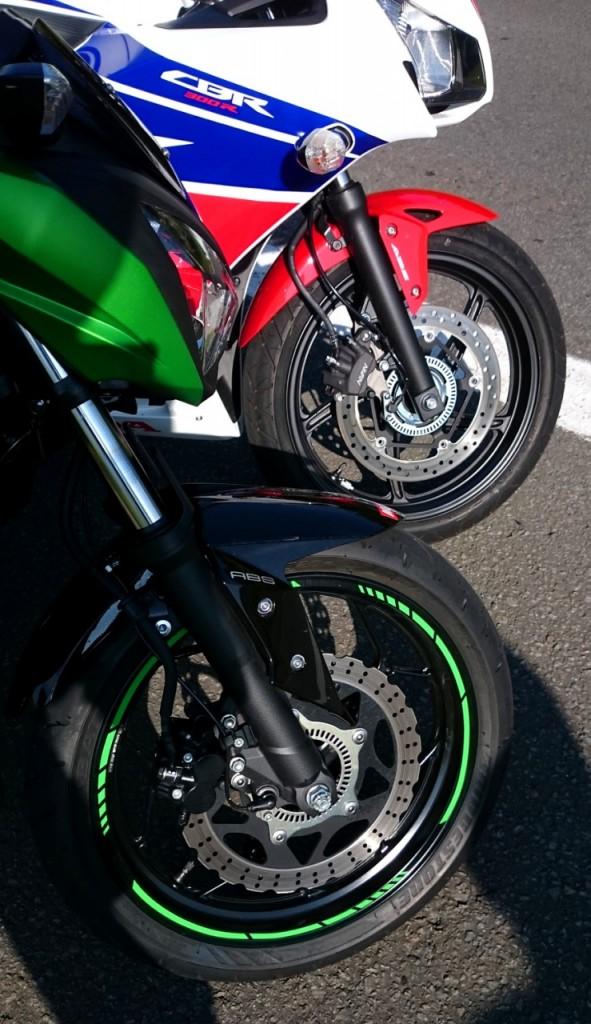 Les freins sont comparables mais l'agrément de la Honda est supérieur grâce à son ABS.