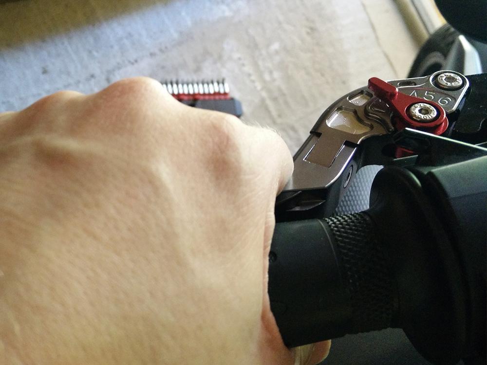 Réglez la molette de réglage de la garde d'embrayage et assurez-vous du bon fonctionnement de l'ensemble avant de prendre la route! C'est déjà fini !