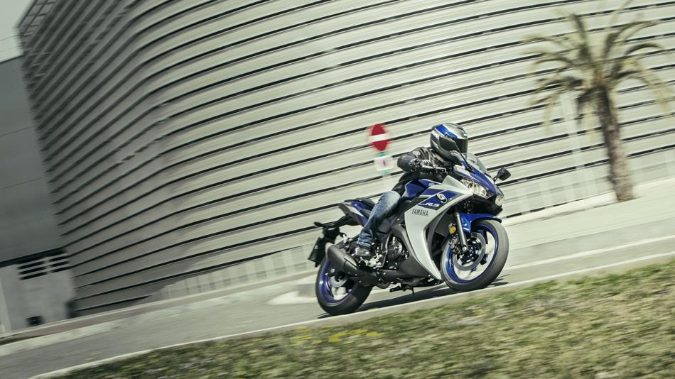 2015-Yamaha-YZF-R320-EU-Race-Blu-Action-007