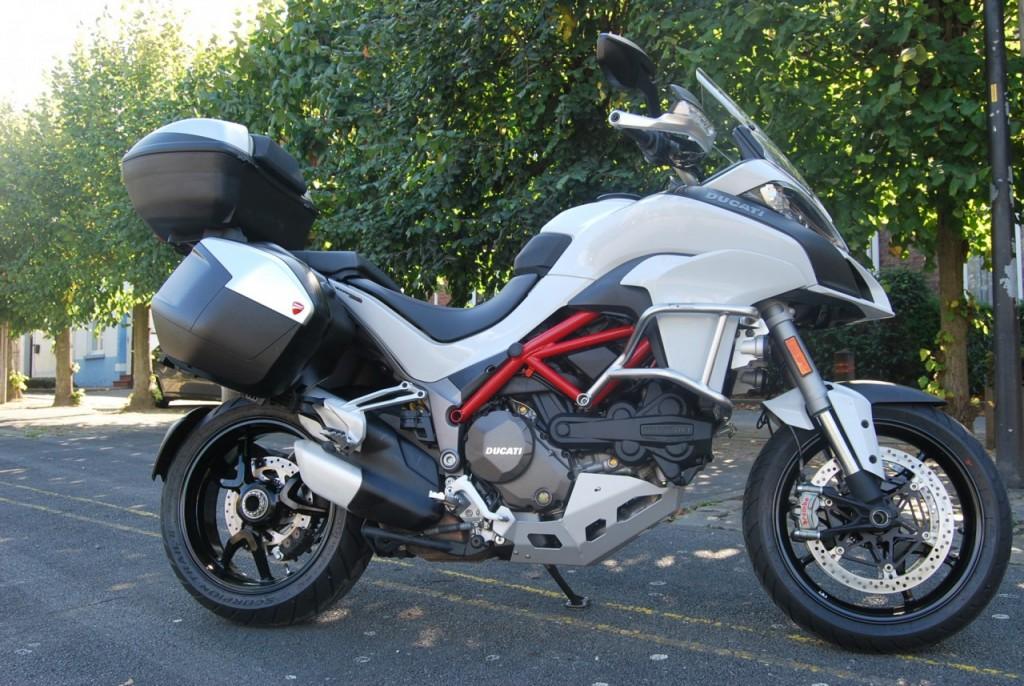 une belle moto,fine et élégante.