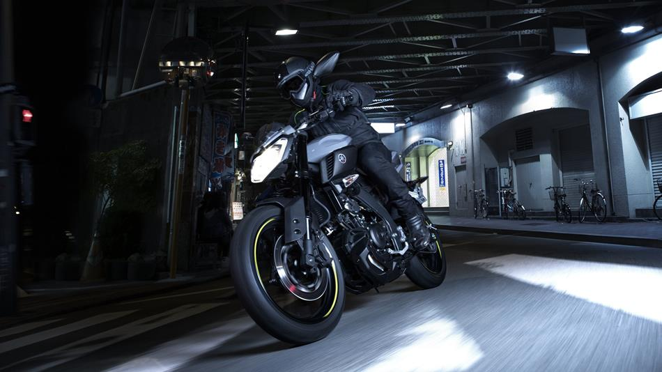 2016-Yamaha-MT125-EU-Night-Fluo-Action-002