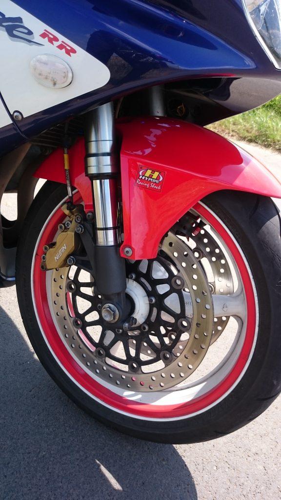Le freinage progresse et même l'usure des pneus se ressent légèrement du passage à Hyperpro.