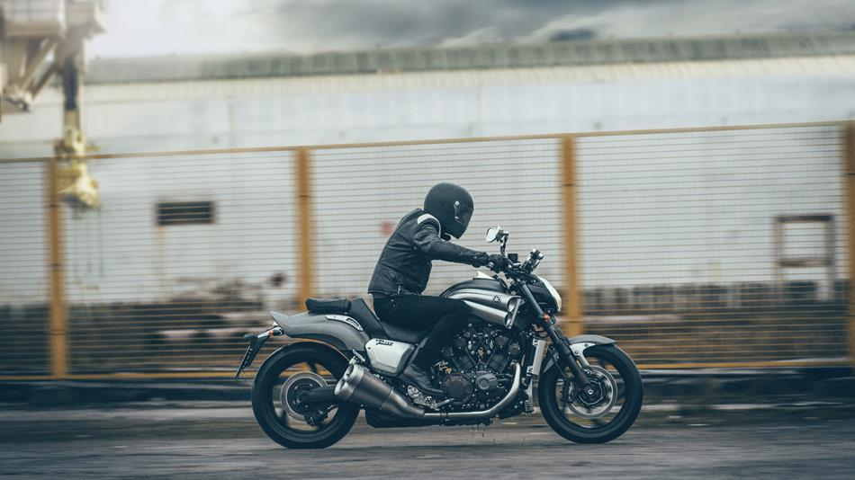 2015-yamaha-vmax-eu-matt-grey-action-003