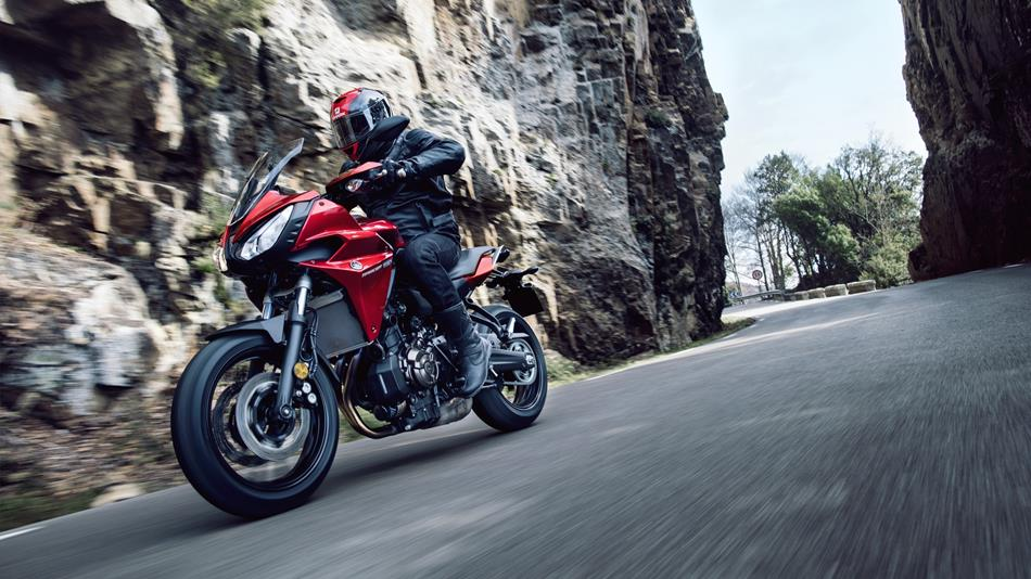 2016-yamaha-mt07tr-eu-radical-red-action-003