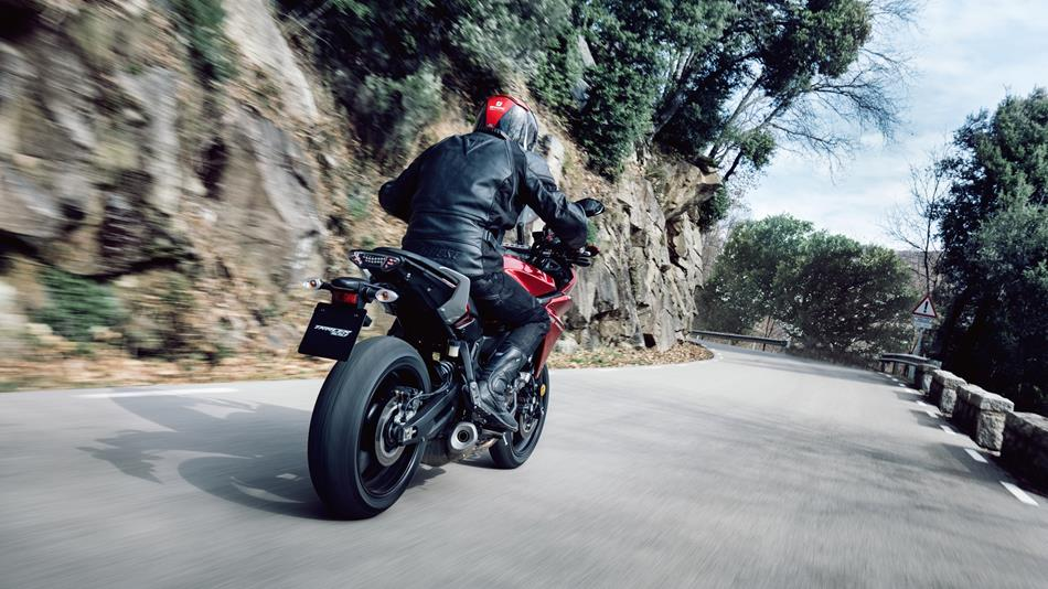 2016-yamaha-mt07tr-eu-radical-red-action-005