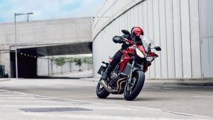 2016-yamaha-mt07tr-eu-radical-red-action-012