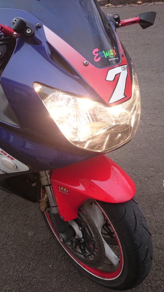 D'origine, l'éclairage Honda offre une teinte relativement chaude