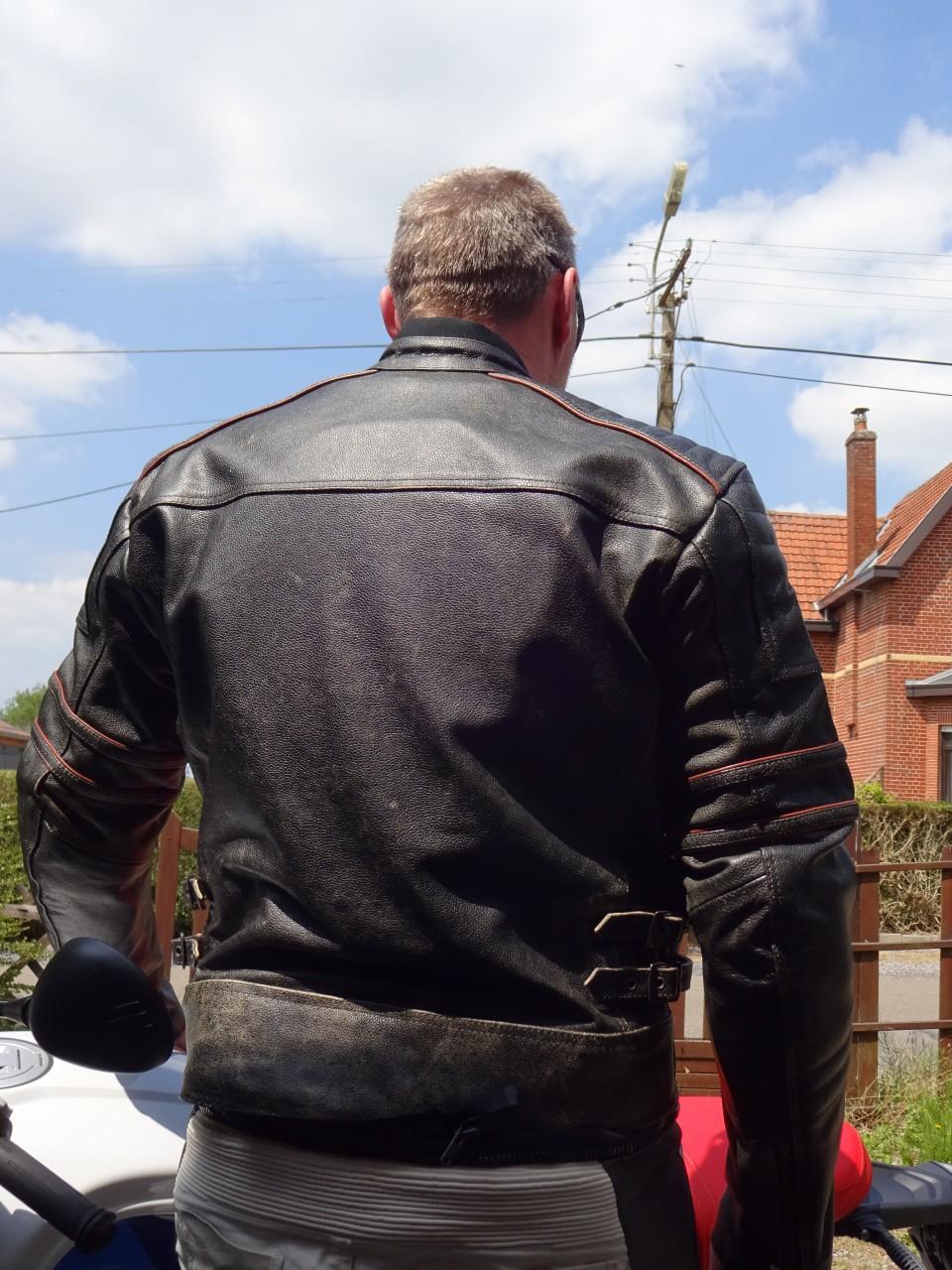 veste en cuir sur homme bedonnant