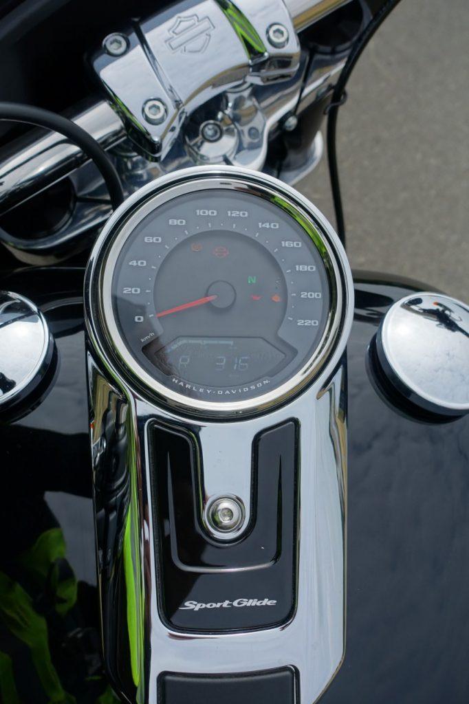 Harley-Davidson Sport Glide, mi-touring mi-custom et ça lui va bien