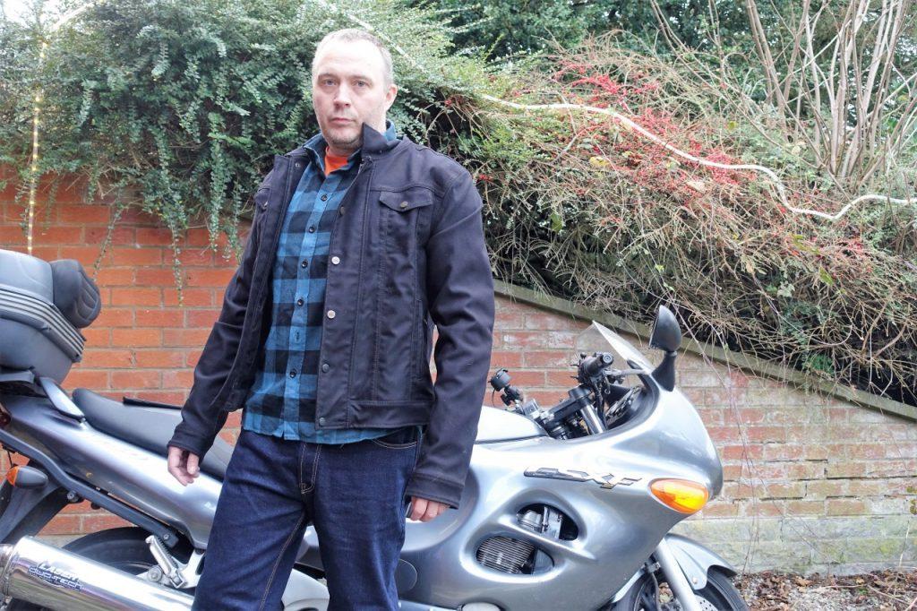 Le look ne fait pas le motard surtout avec une veste The Rokker Company