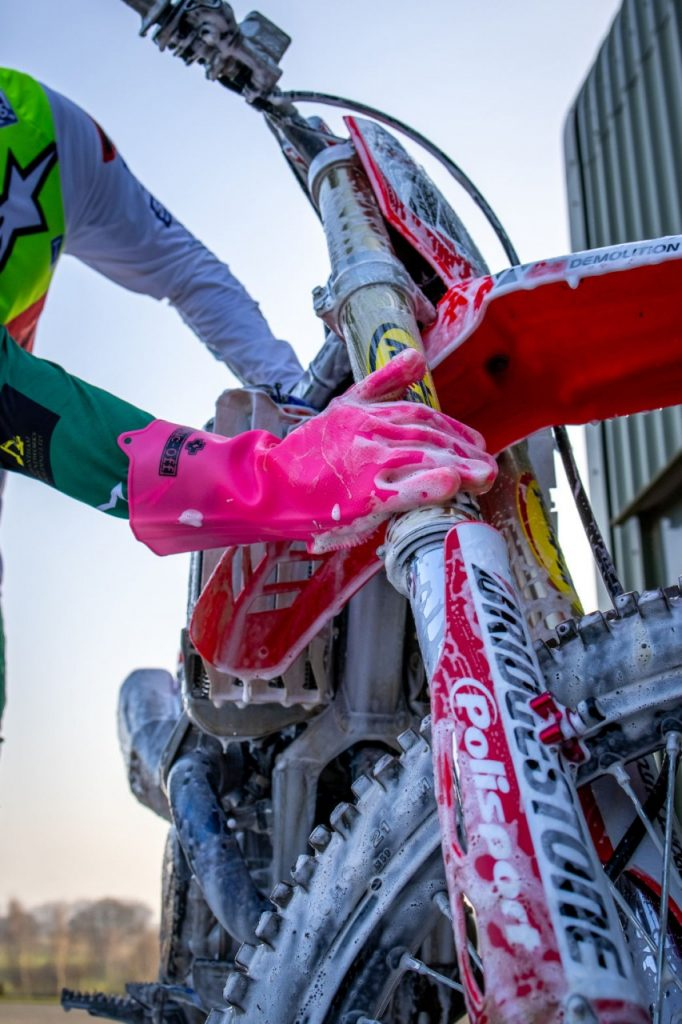 Un gant Muc-off pour nettoyer sa moto